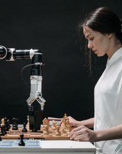 Ricercatrice gioca a scacchi con braccio robotico