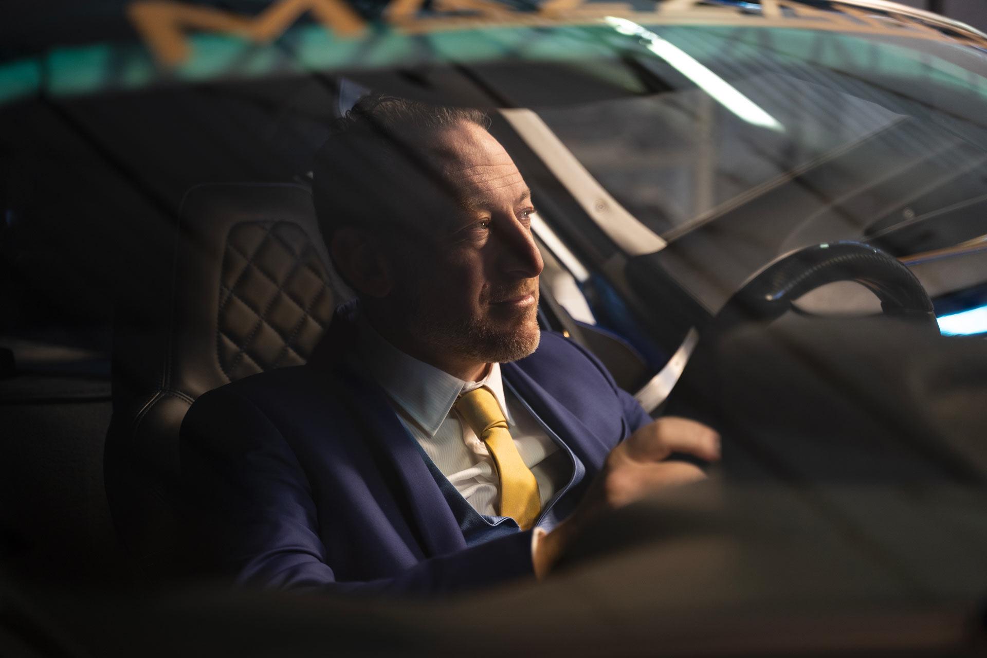 foto di Luca Mazzanti all'interno di una vettura
